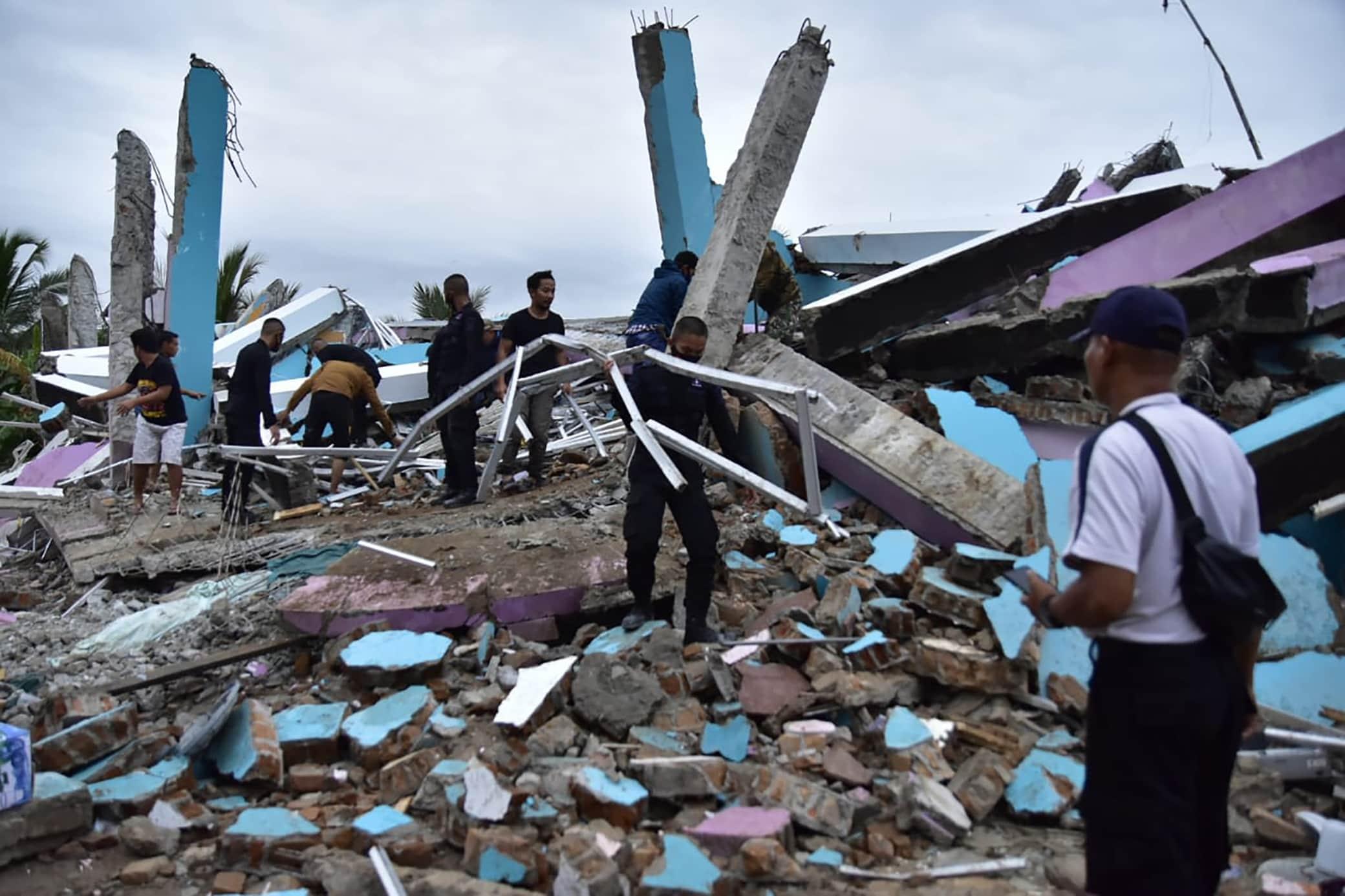 Indonesia, terremoto di magnitudo 6.2 a Sulawesi. LE IMMAGINI