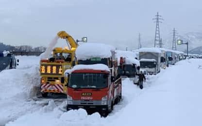 Giappone, tempesta di neve provoca maxi tamponamento