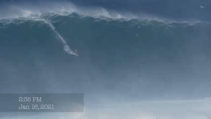 Surfista Francisco Porcella cavalca un'onda di 16 metri alle Hawaii
