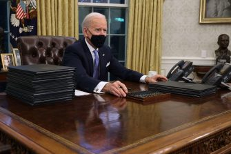 WASHINGTON, DC - JANUARY 20: U.S. President Joe Biden prepares to sign a series of executive orders at the Resolute Desk in the Oval Office just hours after his inauguration on January 20, 2021 in Washington, DC. Biden became the 46th president of the United States earlier today during the ceremony at the U.S. Capitol.   Chip Somodevilla/Getty Images/AFP == FOR NEWSPAPERS, INTERNET, TELCOS & TELEVISION USE ONLY ==