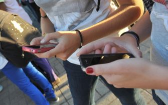 Ragazzi usano lo smartphone