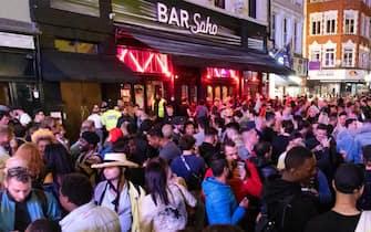 Folla di giovani davanti a un bar a Londra