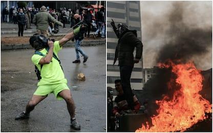 Tripoli, proteste contro il lockdown: incendiato il Comune. FOTO