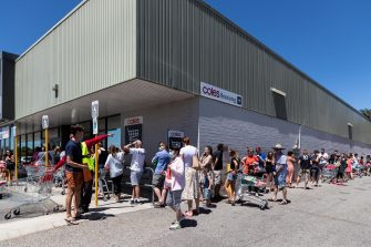 epa08976608 People queue outside a supermarket in Perth, Australia, 31 January 2021. West Australian Premier Mark McGowan has announced a five-day lockdown for metropolitan Perth and two nearby regions after a security guard working at a quarantine hotel tested positive for COVID-19.  EPA/RICHARD WAINWRIGHT AUSTRALIA AND NEW ZEALAND OUT