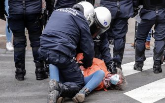 epa08977070 Police detain protesters during a protest against government-imposed measures to tackle the coronavirus epidemic, in Brussels, Belgium, 31 January 2021. The demonstration was not authorized by the Brussels-Capital / Ixelles police.  EPA/OLIVIER HOSLET