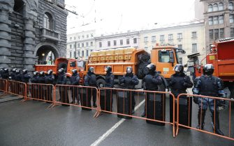 epa08976758 Russian special police units officers block a street before an unauthorized protest in support of Russian opposition leader Alexei Navalny, in St. Petersburg, Russia, 31 January 2021. Navalny was detained after his arrival to Moscow from Germany, where he was recovering from a poisoning attack with a nerve agent, on 17 January 2021. A Moscow judge on 18 January ruled that he will remain in custody for 30 days following his airport arrest. Navalny urged Russians to take to the streets to protest. In many Russian cities mass events are prohibited due to an increase in COVID-19 cases.  EPA/ANATOLY MALTSEV