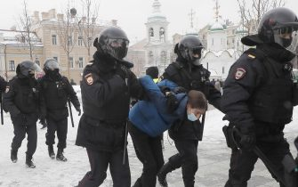 epa08976741 Russian police officers detains protester during an unauthorized protest in support of Russian opposition leader Alexei Navalny, Moscow, Russia, 31 January 2021. Navalny was detained after his arrival to Moscow from Germany on 17 January 2021. A Moscow judge on 18 January ruled that he will remain in custody for 30 days following his airport arrest. Navalny urged Russians to take to the streets to protest. In many Russian cities mass events are prohibited due to an increase in COVID-19 cases.  EPA/SERGEI ILNITSKY