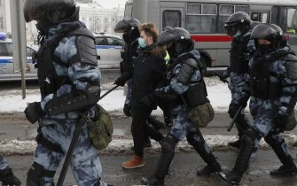 epa08976713 Russian police officers detain protesters during an unauthorized protest in support of Russian opposition leader Alexei Navalny, Moscow, Russia, 31 January 2021. Navalny was detained after his arrival to Moscow from Germany on 17 January 2021. A Moscow judge on 18 January ruled that he will remain in custody for 30 days following his airport arrest. Navalny urged Russians to take to the streets to protest. In many Russian cities mass events are prohibited due to an increase in COVID-19 cases.  EPA/SERGEI ILNITSKY