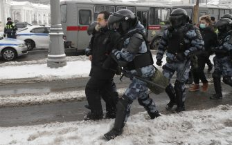 epa08976710 Russian police officers detain protesters during an unauthorized protest in support of Russian opposition leader Alexei Navalny, Moscow, Russia, 31 January 2021. Navalny was detained after his arrival to Moscow from Germany on 17 January 2021. A Moscow judge on 18 January ruled that he will remain in custody for 30 days following his airport arrest. Navalny urged Russians to take to the streets to protest. In many Russian cities mass events are prohibited due to an increase in COVID-19 cases.  EPA/YURI KOCHETKOV