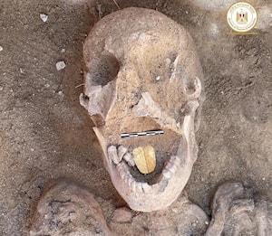 Egitto, rinvenuta mummia con lingua d'oro di duemila anni fa