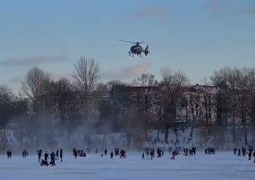 Berlino, elicottero polizia scaccia i bambini sulla pista di ghiaccio