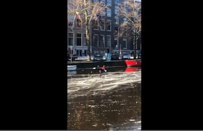 Amsterdam, pattinatori scivolano sul canale ghiacciato. VIDEO