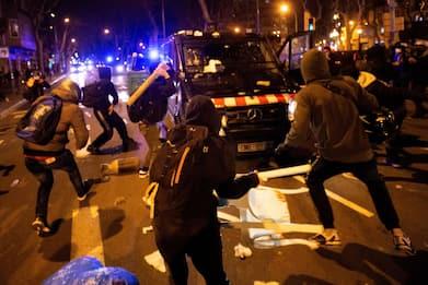 Spagna, scontri per l'arresto del rapper Pablo Hasél