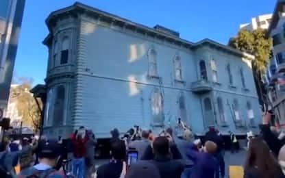 San Francisco, edificio vittoriano spostato da un camion. VIDEO