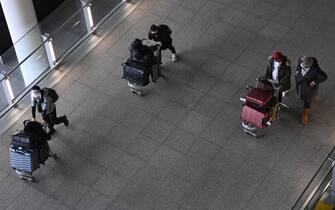 Passeggeri all'arrivo in un aeroporto