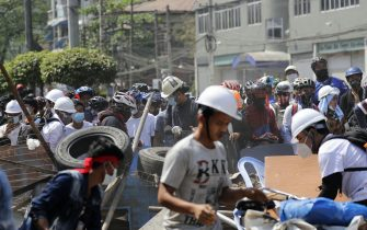 epa09041895 Demonstrators set up barricades during a protest against the military coup in Yangon, Myanmar, 28 February 2021. Security forces intensified their use of force to crack down on anti-coup demonstrations following weeks of unrest since the 01 February military coup.  EPA/LYNN BO BO