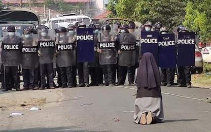 Myanmar, suora in ginocchio davanti alla polizia, è foto-simbolo