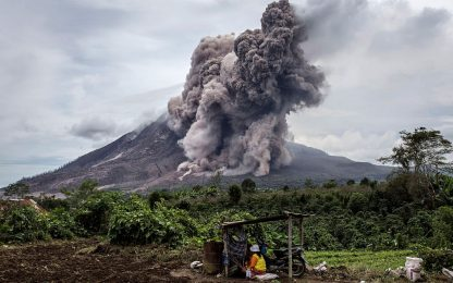 Indonesia, l'eruzione del vulcano Sinabung in timelapse. VIDEO