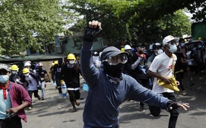 Birmania, almeno 38 dimostranti uccisi ieri nelle proteste. FOTO