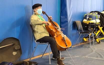 Usa, noto violoncellista si esibisce dopo vaccino. VIDEO