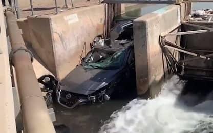 In Arizona un'auto resta incastrata in un canale dell'acqua. VIDEO