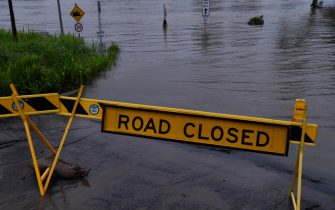 epa09088939 The flooded Nepean River at Trench Reserve at Penrith in Sydney, Australia, 22 March 2021. Thousands of residents are fleeing their homes, schools are shut, and scores of people have been rescued as NSW is hit by once-in-a-generation flooding.  EPA/DEAN LEWINS AUSTRALIA AND NEW ZEALAND OUT