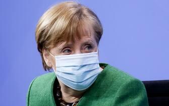 La cancelliera tedesca Angela Merkel con la mascherina