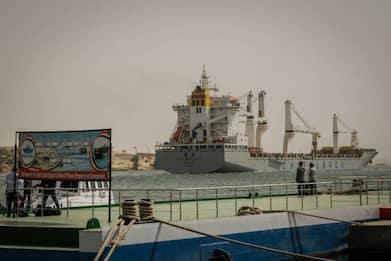 Il Canale di Suez è ancora bloccato da un'enorme nave portacontainer
