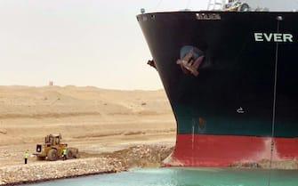 Immagini diffuse su Whatsapp dall'Ufficio stampa del governo egiziano relative al blocco parziale del Canale di Suez causato da un mega-container che si è incagliato , una delle principali vie d'acqua del mondo.