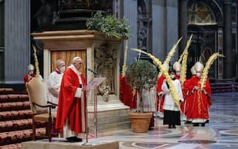 epa09102693 Pope Francis (C) celebrates Palm Sunday Mass in Saint Peter's Basilica at the Vatican City, 28 March 2021.  EPA/GIUSEPPE LAMI / POOL