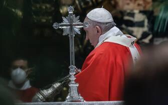 epa09102683 Pope Francis celebrates Palm Sunday Mass in Saint Peter's Basilica at the Vatican City, 28 March 2021.  EPA/GIUSEPPE LAMI / POOL