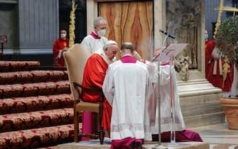 epa09102681 Pope Francis (C) celebrates Palm Sunday Mass in Saint Peter's Basilica at the Vatican City, 28 March 2021.  EPA/GIUSEPPE LAMI / POOL