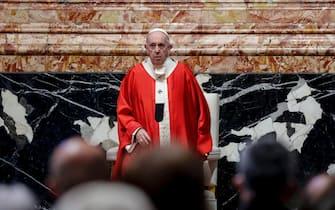 epa09102682 Pope Francis celebrates Palm Sunday Mass in Saint Peter's Basilica at the Vatican City, 28 March 2021.  EPA/GIUSEPPE LAMI / POOL
