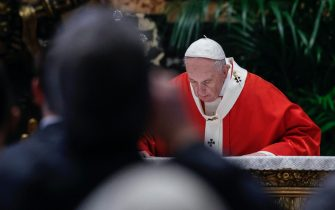 epa09102690 Pope Francis celebrates Palm Sunday Mass in Saint Peter's Basilica at the Vatican City, 28 March 2021.  EPA/GIUSEPPE LAMI / POOL
