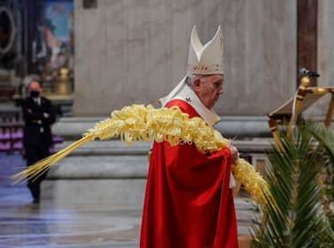 epa09102676 Pope Francis celebrates Palm Sunday Mass in Saint Peter's Basilica at the Vatican City, 28 March 2021.  EPA/GIUSEPPE LAMI / POOL