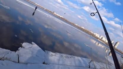 Kiev, pescatore salva ragazzo su un blocco di ghiaccio. VIDEO