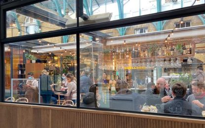 Covid, l'Inghilterra riapre negozi e pub: ed è subito festa