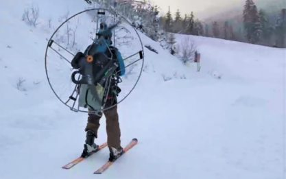 Francia, sciatore usa ventilatore sulla schiena come ski lift. VIDEO