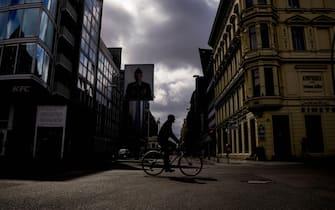 Un ciclista nella città di Berlino, Germania