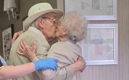 Uk, anziani separati da pandemia si riabbracciano dopo 8 mesi. VIDEO