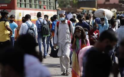Covid India, oltre mille contagi al giorno per i bagni nel Gange