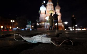 epa09101941 A discarded protective face mask lies on the Red Square in Moscow, Russia, 27 March 2021, amid the ongoing pandemic of the COVID-19 disease caused by the SARS-CoV-2 coronavirus.  EPA/MAXIM SHIPENKOV