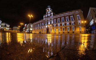 epa08965362 General view of Puerta del Sol in central Madrid, Spain, 25 January 2021. Madrid's regional government has imposed an earlier closing of bars and restaurants at 21 hours and a general lockdown curfew at 22 to stop one further spike of COVID-19 cases in the country.  EPA/RODRIGO JIMENEZ