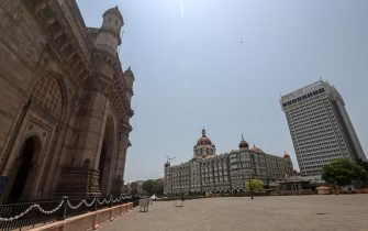 epa09139215 A general view of deserted Gateway of India and The Taj Mahal Palace hotel, one of the most famous tourist spot, after the curfew imposed to avoid the spread of coronavirus COVID19 disease in Mumbai, India, 16 April 2021. A curfew is announced in Mumbai, and many other states as India recorded its highest daily spike of COVID-19 cases on 14 April with around 200,000 new infections in 24 hours.  EPA/DIVYAKANT SOLANKI