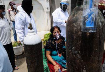 GHAZIABAD, INDIA - APRIL 23 : A Covid-19 patient gets oxygen on the spot provided by Sikh Organization at Gurdwara in Indirapuram, Ghaziabad, Uttar Pradesh, India on April 23, 2021. India put oxygen tankers on special express trains as major hospitals in Delhi NCR to save COVID-19 patients who are struggling to breathe. (Photo by Imtiyaz Khan/Anadolu Agency via Getty Images)