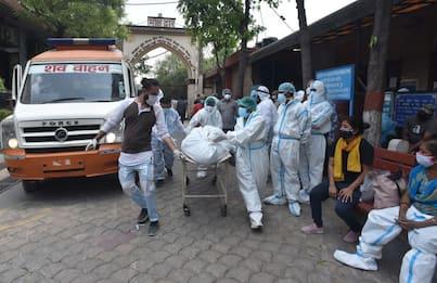 India, decine di corpi nel Gange: si sospetta la morte per Covid