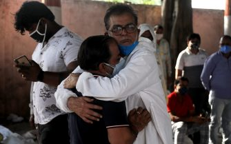 Family Members of the deceased seen mourning after the cremation at Ghazipur cremation ground in New Delhi. In India the highest single-day spike in coronavirus infection. The report recorded 352,991 new Covid-19 cases and 2,812 deaths in the last 24 hours amid an oxygen crisis. - Naveen Sharma / SOPA Images//SOPAIMAGES_08380028/2104270906/Credit:SOPA Images/SIPA/2104270907