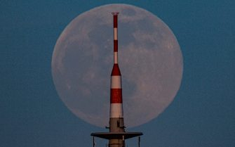 """26 April 2021, Hessen, Frankfurt/Main: The moon rises behind the TV tower of Frankfurt am Main. On 27 April 2021 there will be a so-called """"supermoon"""". Then the distance between the moon and the earth is smaller than usual. Photo: Boris Roessler/dpa"""
