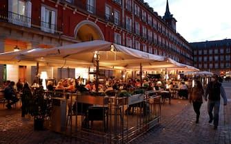 Ristoranti all'aperto in plaza Mayor, nel centro di Madrid