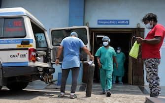 Un'ambulanza per pazienti Covid davanti a un ospedale indiano